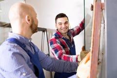 2 работника работая с стеклом Стоковые Изображения