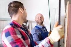 2 работника работая с стеклом Стоковые Фото