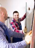 2 работника работая с стеклом Стоковое Изображение RF