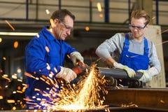 2 работника работая с угловой машиной Стоковая Фотография RF