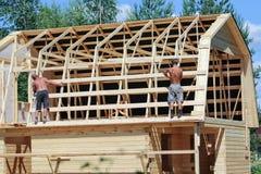 2 работника раскрывая рамку крыши Стоковая Фотография RF