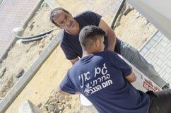 2 работника с солнечным нагревателем воды - Mitzpe Рэймон, Израиль Стоковое Фото