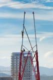 2 работника устанавливают много башню металла tiered. Стоковые Фотографии RF