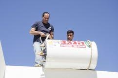 2 работника устанавливают солнечную крышу Mitzpe Рэймон боилера, Израиль Стоковые Фотографии RF