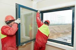 2 работника устанавливая окно Стоковое Изображение RF