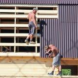 2 работника фиксированные части мягкой крыши Стоковое Изображение