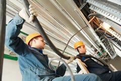 2 работника электрика на привязывать Стоковые Фотографии RF