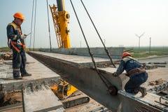 2 работника mouning пядь моста Стоковые Фото