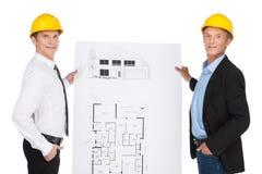 2 работника orlder показывая план. Стоковые Изображения