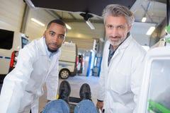 Работники автомобиля машины скорой помощи портрета 2 Стоковое Фото
