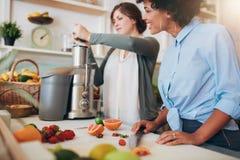 Работники бара сока подготавливая соки свежих фруктов Стоковые Фото