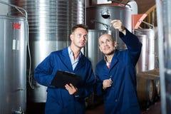 Работники беря образец вина примечаний Стоковые Изображения