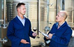 Работники беря образец вина примечаний Стоковое Фото