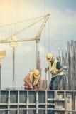 Работники во время форма-опалубкы для конкретный лить Стоковые Фото