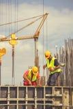 Работники во время форма-опалубкы для конкретный лить Стоковые Фотографии RF