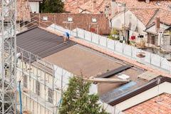 Работники в конструкции крыши стоковые фото