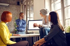 Работники в офисе стоковые фото