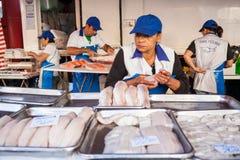 Работники в стойле рыб Стоковое Фото