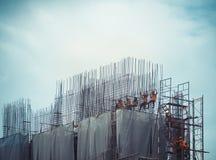 Работники в строительной площадке связаны вверх с стальными структурами Стоковые Фотографии RF