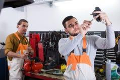 Работники в форме на мастерской Стоковые Изображения RF