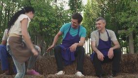 Работники в unform отдыхают в саде акции видеоматериалы