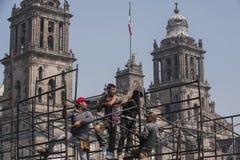 Работники в Zocalo стоковые фото