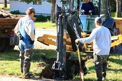 работники города выкапывая Стоковые Фотографии RF