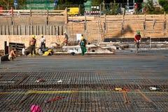 Работники делают armoring на строительной площадке, который нужно стабилизировать стоковая фотография rf