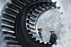 Работники индустрии внутри гигантских шестерней стоковые фотографии rf