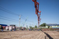 Работники используя деревянный шпатель для цемента после лить готов-смешанный бетон путем устанавливать заграждение и конкретный  стоковое фото