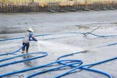 Работники используют высокий пруд креветки чистки воды давления Стоковая Фотография RF