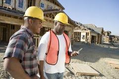 Работники используя мобильный телефон стоковое изображение rf