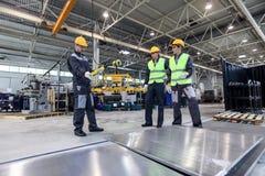 Работники и алюминиевые заготовки стоковое изображение rf