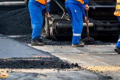 Работники и асфальтируя машины Стоковая Фотография
