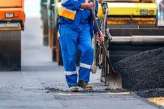 Работники и асфальтируя машины Стоковое Фото