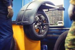 Работники и отростчатое обслуживание автошины, колесо покрышки автомобиля Стоковые Изображения RF