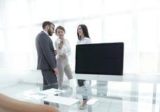 Работники компании стоя в современном офисе Стоковая Фотография RF