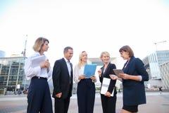 Работники корпорации дела говоря smartphone и advi Стоковое Изображение