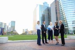 Работники корпорации дела говоря smartphone и advi Стоковое Фото