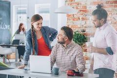 Работники коллективно обсуждать в офисе стоковое изображение