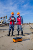 Работники месторождения нефти стоковые изображения