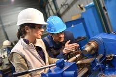 Работники металла работая на машине Стоковые Фото