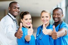 Работники медицинского соревнования thumbs вверх стоковое изображение rf