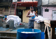 Работники моя одежды на Dhobi Ghat в Мумбае, махарастре, внутри Стоковые Изображения RF