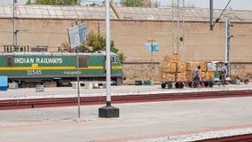 Работники на индийском железнодорожном вокзале Стоковое Изображение