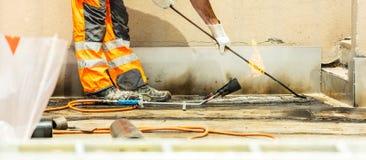 Работники на конструкции дороги или крыши, индустрии и работе сыгранности conzept стоковая фотография