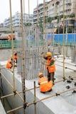Работники на крышках кучи бетона армированного Стоковое Изображение RF