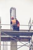 Работники на платформе ремонтины связали арматуру и стальные пруты 3 Стоковая Фотография