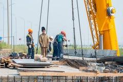 Работники на строительстве моста Стоковые Фото