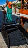 Работники на управлении машины paver чертить стоковое фото